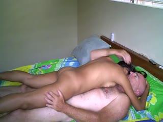 Un père et sa fille de 18 ans dorment dans une cabane abandonnée et baisent ensemble partie 1