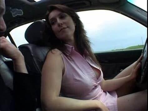 Une leçon de conduite un peu spéciale avec un moniteur très coquin