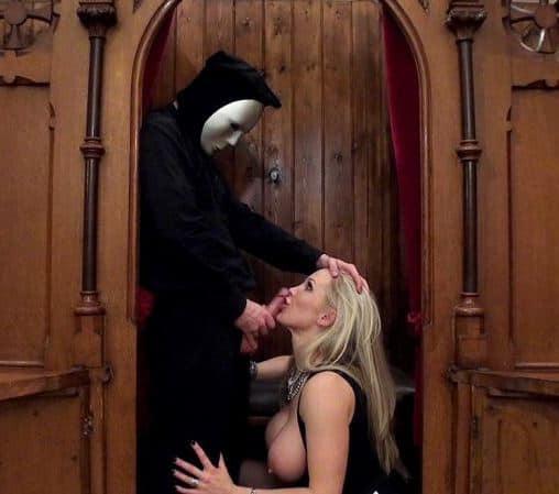 Une bourgeoise dans le confessionnal d'un curé pervers