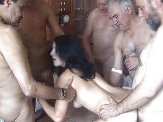 Isabelle 32 ans partouzée par un groupe d'hommes de plus de 60 ans