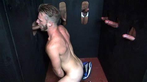 Travesti prise comme une pute dans un sexclub par deux mecs