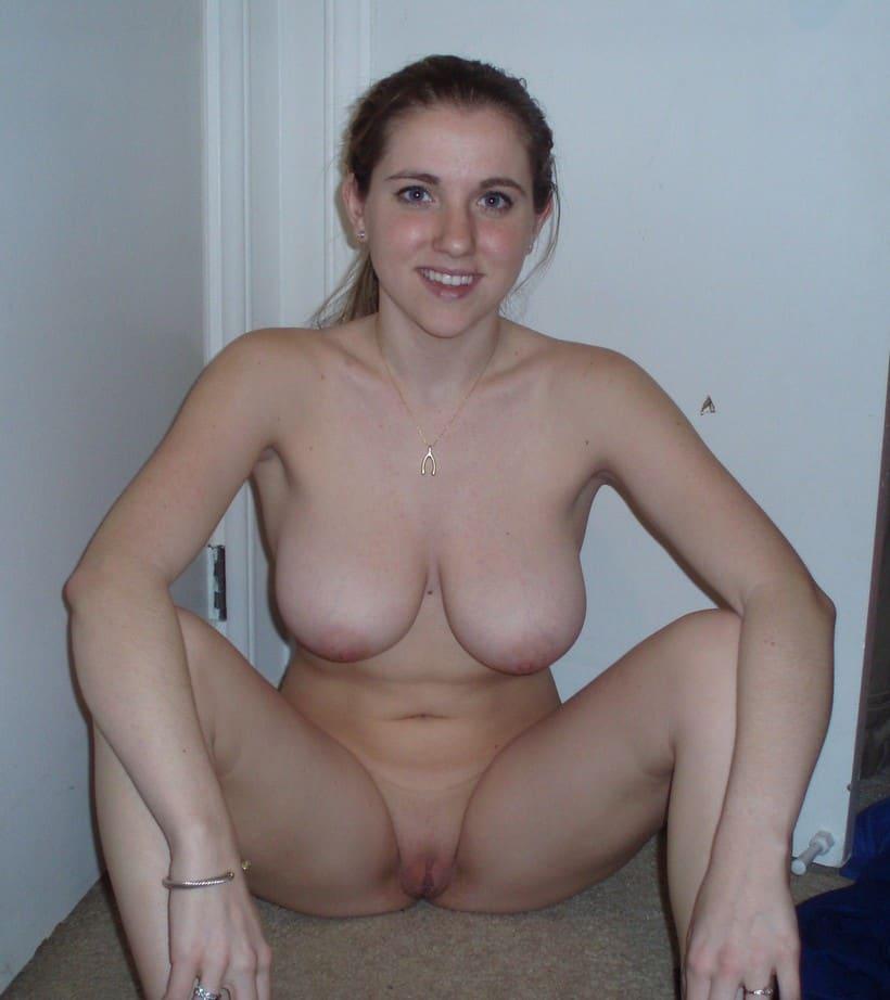 Etudiante sexy aux gros seins se montre sans complexe