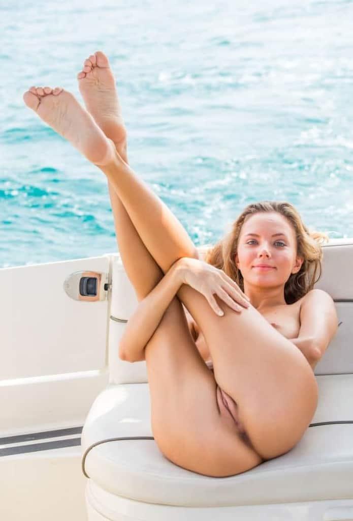 Sortie en bateau avec ma fille et sa copine qui bronzent nues partie 4