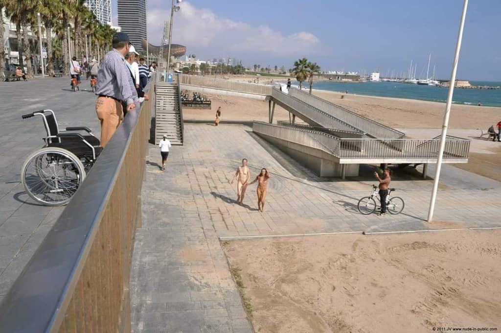 Dominika C & Fenja font des heureux sur la promenade au bord de la mer