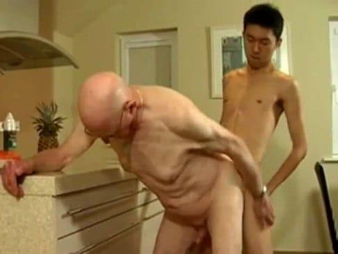 J'ai 18 ans, je suis un mec et je baise un grand père de 73 ans