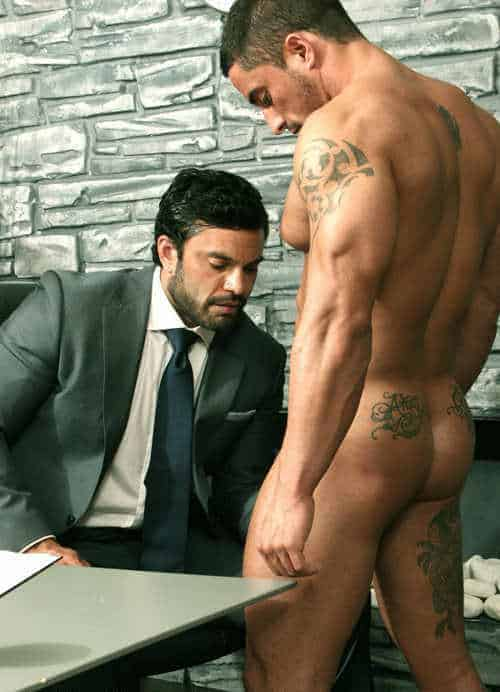 Marc est revenu se faire enculer par son patron en string dentelle