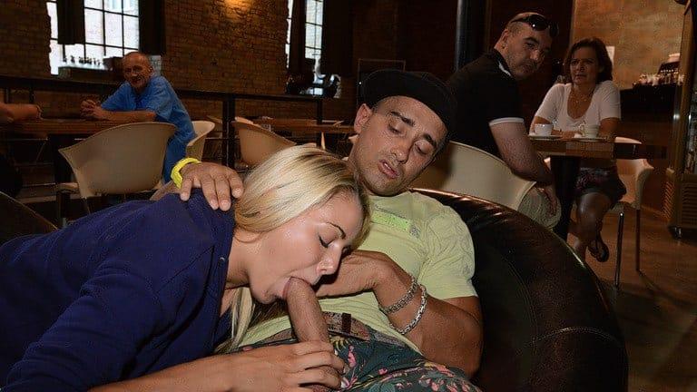 Mon mari m'a baisée en public au milieu de la foule