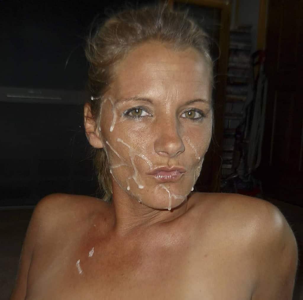 La Milf blonde va prendre une première giclée de foutre avant la douche