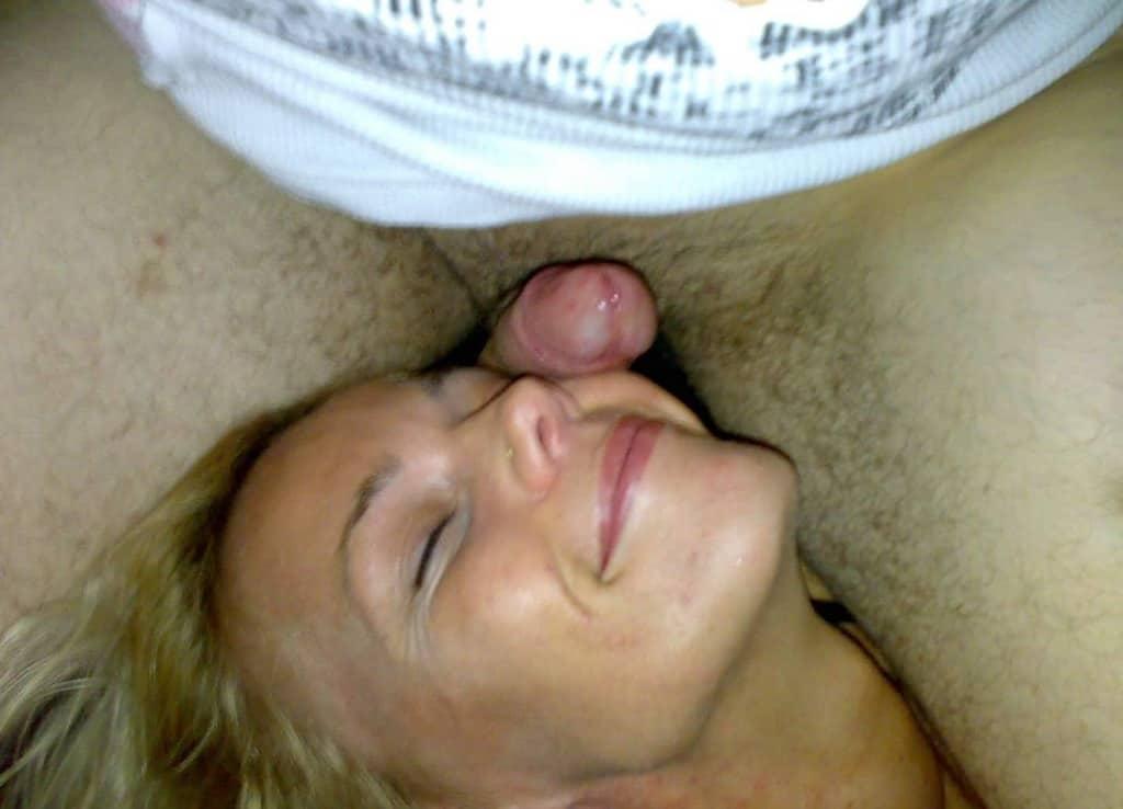 La blonde continue de sucer la bite de son mec qui la baise à fond