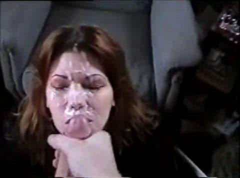 Abondante éjaculation sur le visage d'une bonne suceuse de bite