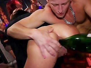 xfr taboue champagne dans le cul 2 - Mon amant m'a vidé du champagne dans l'anus avant de le boire