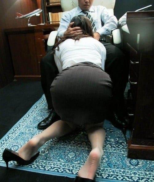 Ma nouvelle conseillère de la banque aime sucer la bite de ses clients